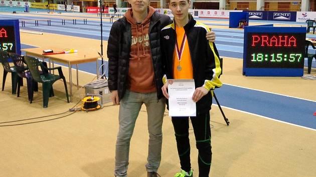 Dominik Kubec (vpravo) se svým trenérem na halovém MČR 2013.