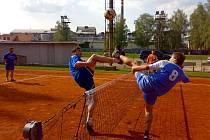 Snímek ze semifinálového utkání Vavřinec - Vrdy. Vlevo na smeči vavřinecký Bálek a vpravo vrdský Vavřina.
