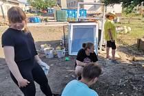 Dobrovolník Stanislav Desenský z Čáslavi vyrazil s několika děvčaty pomáhat do tornádem zasažené oblasti u Hodonína.