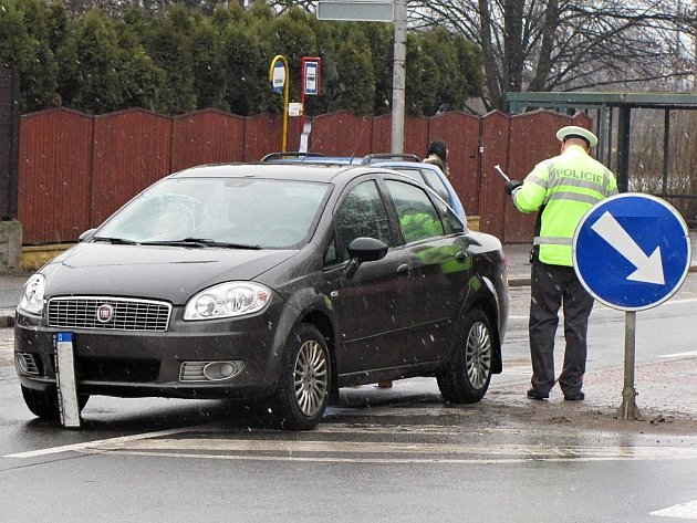 Dopravní nehoda ve Vítězné ulici v Kutné Hoře - sražený muž na přechodu pro chodce.