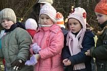 Děti z Mateřské školy Pohádka rozdaly dobroty zvířátkům.