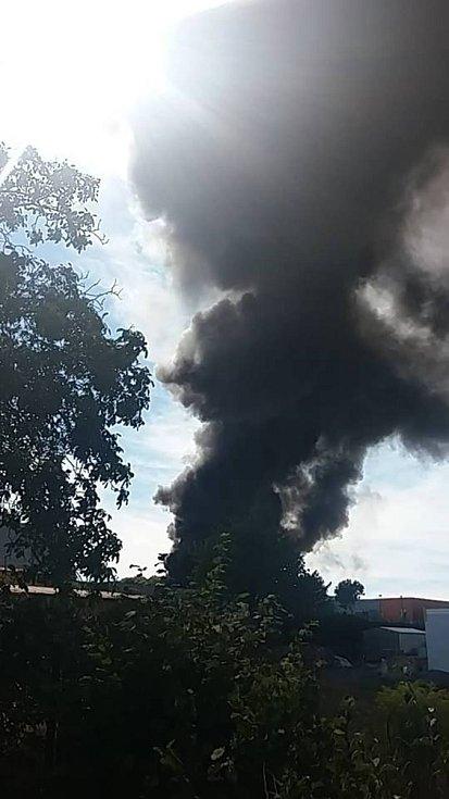 Požár na Karlově je vidět do širokého okolí .