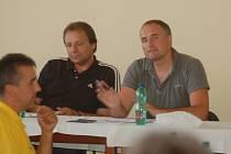 Předseda OFS Dušan Roubíček (vpravo) informoval během losovacího aktivu kluby o nové sezoně, 17. července 2013.
