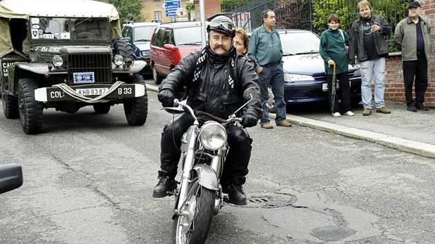 František Kysela z Kutné Hory na motocyklu Norton ES2 z roku 1960.