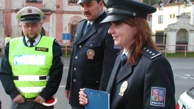 """Děti ze třetí třídy Základní školy v Nových Dvorech se účastnily na preventivně bezpečnostní akci """"Jezdíme s úsměvem"""" společně s dopravními policisty v Nových Dvorech."""