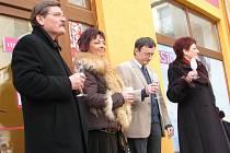 V Čáslavi otevřela druhou prodejnu síť drogerií Martina. Vlevo tajemník městského úřadu Josef Ruml, vedle něj majitelka nemovitosti, v níž se prodejna nachází, Daniela Dudová. Vpravo majitelka firmy Věra Bébrová.
