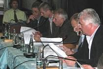 Zastupitel Václav Výborný rozzlobil svou poznámkou místostarostu Jaromíra Strnada (vpravo).