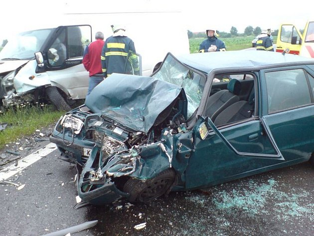 Nehoda osobního auta a dodávky Na Kuchyňce u Církvice.
