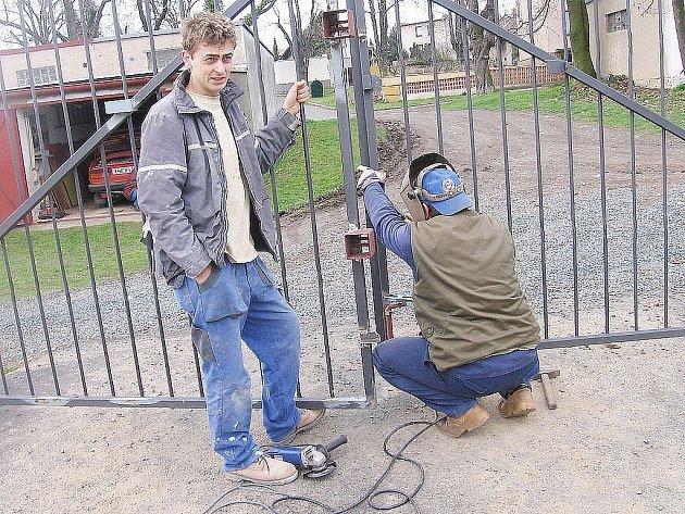 Tudy se do areálu společnosti Festal v České ulici v Kutné Hoře dostal zlodějský pár. Poškozená vrata opravila specializovaná zámečnická firma.