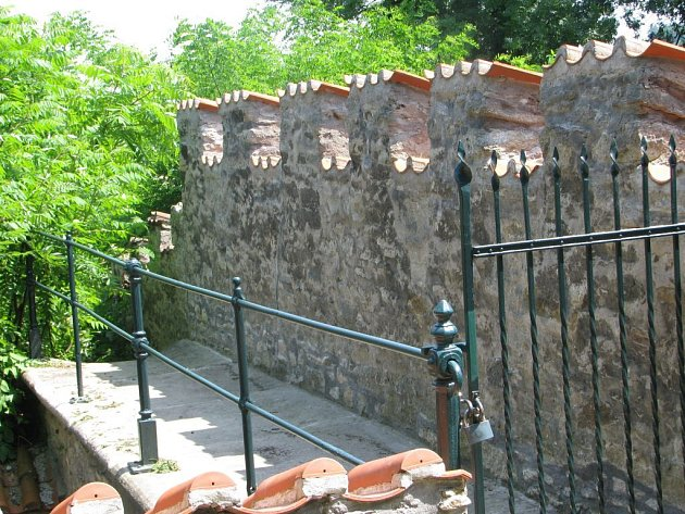 Park pod Vlašským dvorem, vchod do bývalého zookoutku. Kutná Hora.