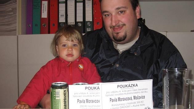 Devatenáctiměsíční Pavla Moravcová z Močovic si přišla vyzvednout cenu do naší redakce s tatínkem Tomášem.