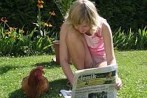 S Kutnohorským deníkem doma na zahradě.