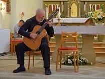 V Číhošťi zahrál kytarový virtuóz Štěpán Rak