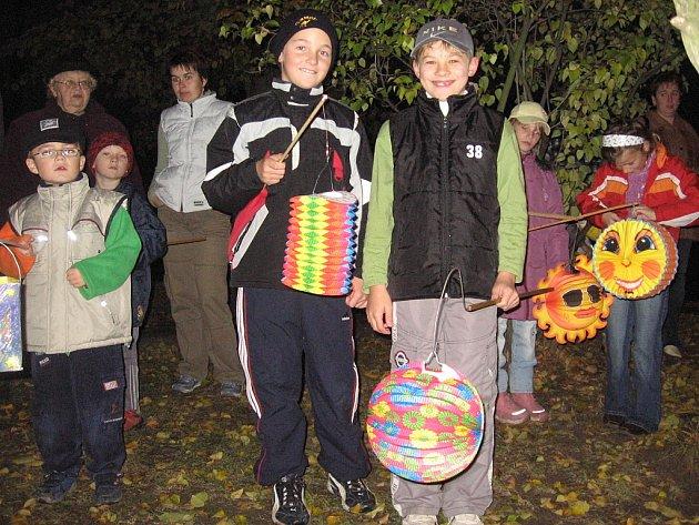 Účastníci lampionového průvodu od železniční zastávky v Malešově.