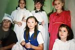 Děti v maskách na karnevalu Domu dětí a mládeže v Čáslavi v roce 2000.