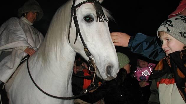 Svatomartinském průvodu s lampiony nechyběl v Čáslavi ani Martin na bílém koni.