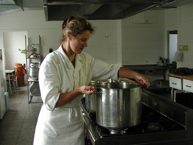 Nově zrekonstruovanou kuchyň mateřské školy v Benešově ulici si její pracovnice pochvalují.