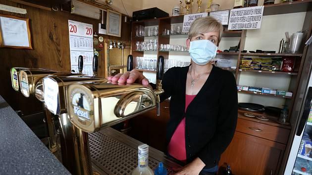 """Obsluha restaurace """"U Nevolů"""" v Křeseticích na Kutnohorsku. V obci bylo opět na některých místech zavedeno nošení roušek."""