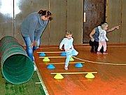 Děti v kutnohorské sokolovně zdolaly opičí dráhu.