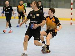 Házenkáři Kutné Hory (v oranžovo-černém) odehráli první jarní domácí zápas na zimním stadionu v Kutné Hoře, kde dokázali porazit Žďár nad Sázavou vysoko 35:24.