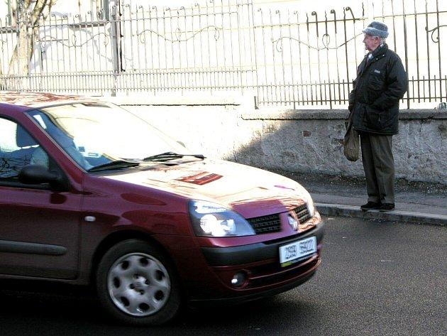 Zebra k Základní škole Kamenná stezka v kutnohorské Štefánikově ulici chybí od podzimní rekonstrukce této komunikace. Přechod je značen v obou směrech pouze svislou dopravní značkou.