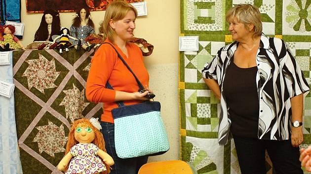 Kurzy patchworku v Barvířově domě v Kutné Hoře vede Hana Matějková (vpravo).