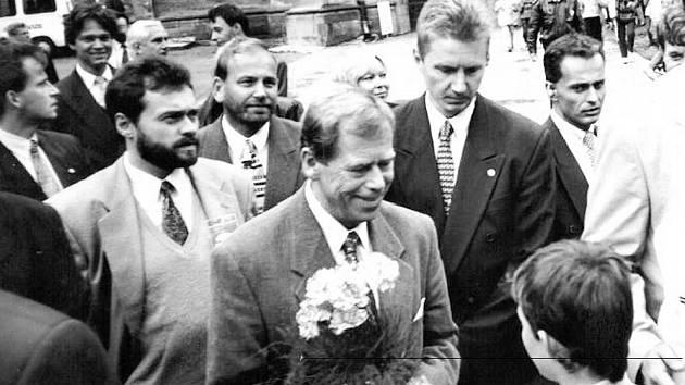 Václava Havla čekalo při návštěvě Kutné Hory také přivítání u chrámu svaté Barbory.