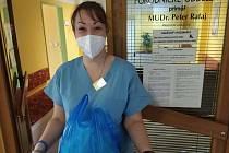 Praporčice Michaela Fričková jako dobrovolnice na gynekologicko-porodnickém oddělení v čáslavské nemocnici.