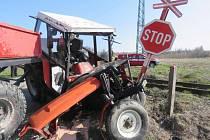 Na nechráněném přejezdu u Chmeliště se střel traktor s osobním vlakem.