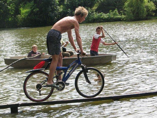 Přejezd přes lávku rybníka na kole v Opatovicích I.