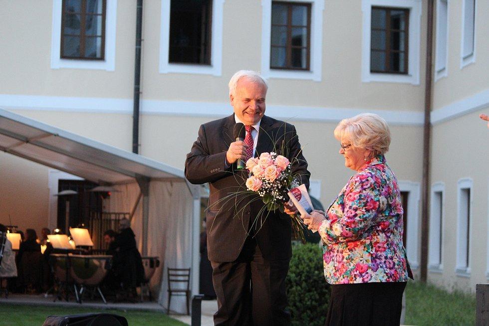Pavel Svoboda, předseda Právního výboru Evropského parlamentu, zaštítil tento večer. Na fotografii s ředitelkou Karolinou Hromádkovou.