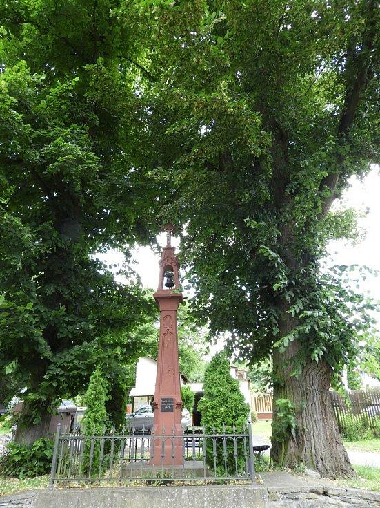 Zvonička v obci Přívlaky.