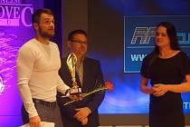 Tomáš Tvrdík (vlevo) přebral cenu pro Nejúspěšnějšího sportovce Kutné Hory 2016 v kategorii jednotlivci - dospělí.