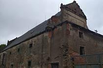 Památkově chráněný objekt bývalé barokní sýpky v Uhlířských Janovicích.