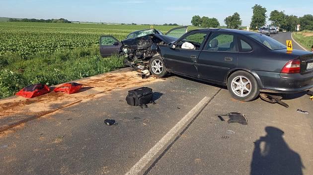Vážná dopravní nehoda na silnici mezi Církvicí a Kutnou Horou: čelní střet dvou osobních automobilů.
