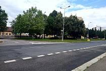 Křižovatka ulic Masarykova a Benešova v Kutné Hoře před výstavbou kruhového objezdu.
