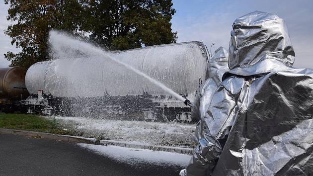 Cvičení, které prověřilo připravenost hasičů ze dvou krajů, se konalo v obci Vrdy přímo v areálu firmy, která vysoce hořlavý alkohol vyrábí.