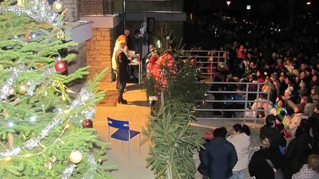 Do projektu Česko zpívá koledy se ve středu 13. prosince 2017 zapojili také žáci a učitelé Základní školy T. G. Masaryka v  Kutné Hoře.