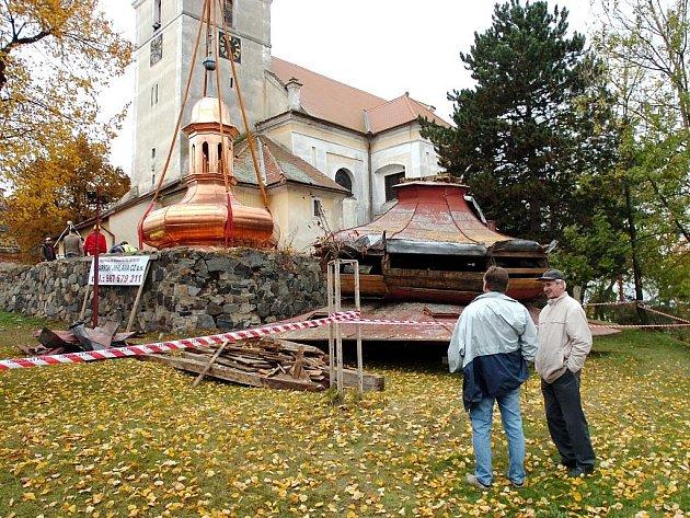 Církvice, usazování nové báně na kostel