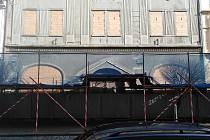 Zčásti lešením zakrytá chátrající budova bývalého hotelu Černý kůň v Kollárově ulici v Kutné Hoře.