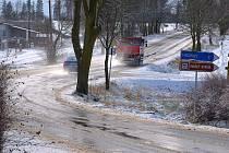 Sněhová přeháňka změnila silnici v klouzačku.