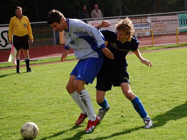 Čáslavský Ondřej Votava (vlevo) se snaží ukrýt míč před dotírajícím Jiřím Beranem z Pardubic.