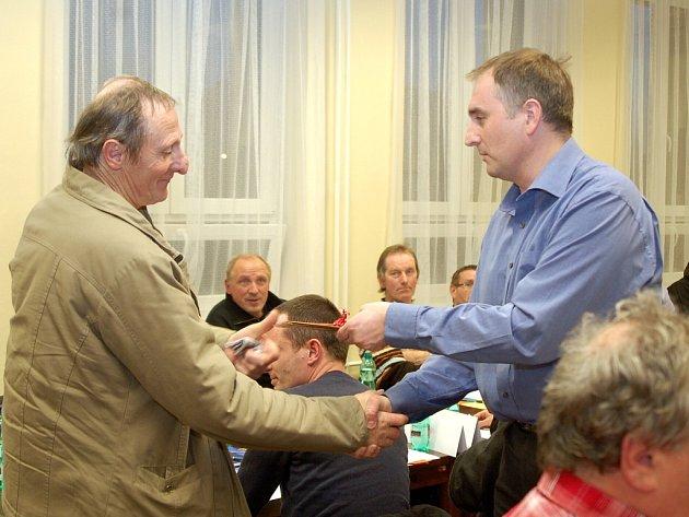 Dušan Roubíček (vpravo) poblahopřál Jaroslavu Sadílkovi k životnímu jubileu.