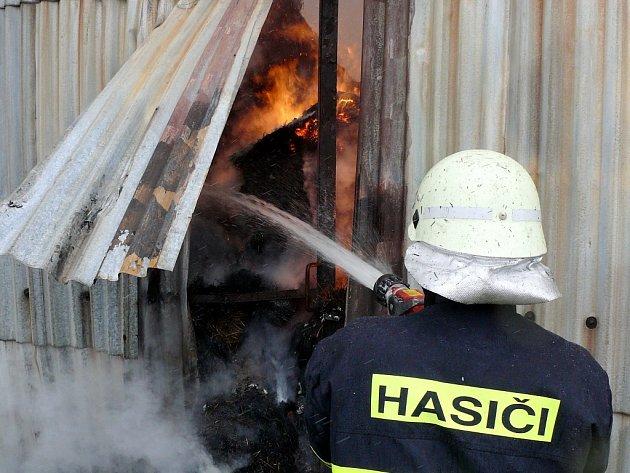 S nedostatkem vody se potýkali i hasiči při pondělním hašení požáru seníku v Chlumu z Zbýšova. V žádném případě se prý ale nejednalo o zamrznutí vody v hasičském voze.