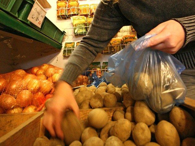 Suroviny na bramborový salát by měly letos být cenově přijatelné. Milovníci této pochutiny tak budou mít Vánoce podle svého gusta. Ilustrační foto.