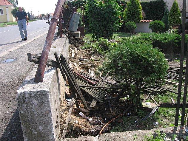 Z místa tragické dopravní nehody v Nových Dvorech, kde v rozpůleném vozidle vyhasly tři mladé lidské životy.