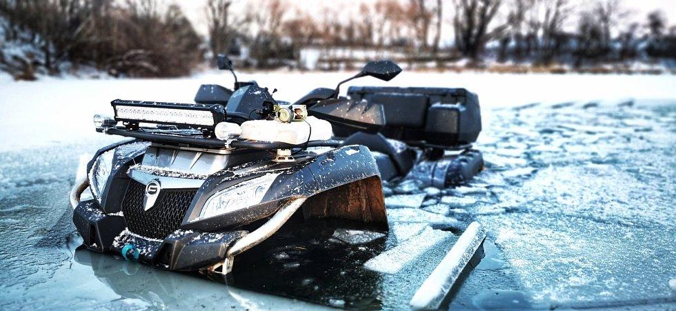 Pod čtyřkolkou se na Pastušském rybníku prolomil led.