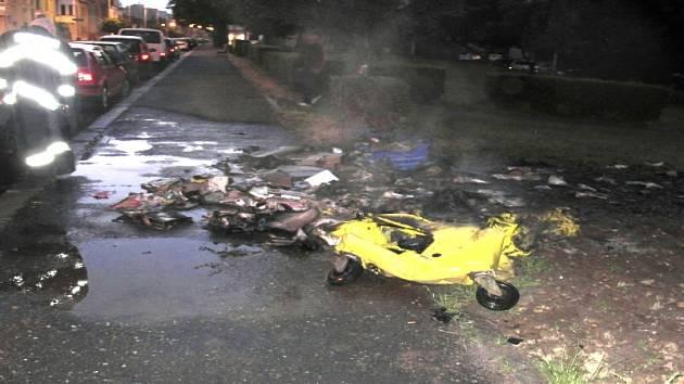 Požár kontejnerů v Masarykově ulici poškodil i poblíž stojící vozidla.
