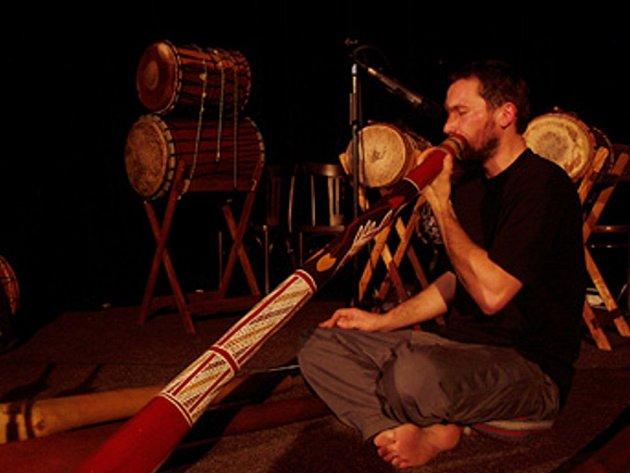 Ondřej Smeykal a didgeridoo.