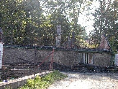 Z rodinného domku na Kaňku zůstaly po několikahodinovém požáru jen obvodové zdi.